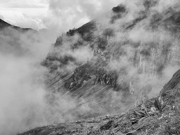 The clouds roll in above Oeschinensee