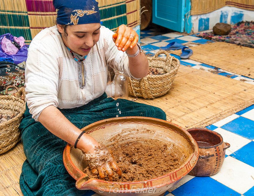 Preparing argan paste