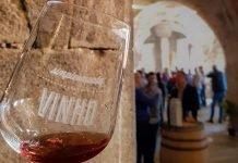 Wine glass with Simplesmente Vinho written on it